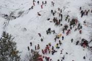 Первые выжившие обнаружены под снежными завалами в Италии