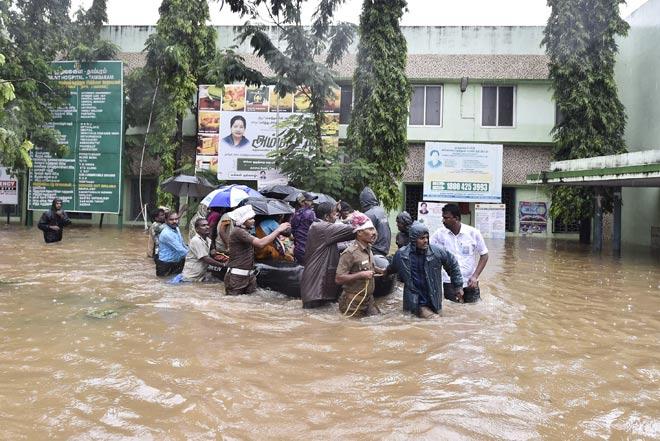 В результате наводнения на юге Индии погибли более 400 человек